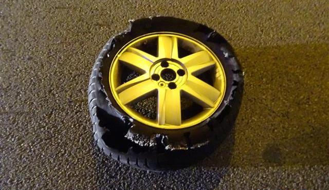 Namol opilý cizinec vyměňoval v noci na jednéz nejrušnějších silnic v Brně prasklou pneumatiku