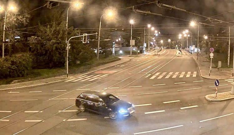VIDEO: Kamery zaznamenaly auto zlodějů z  klenotnictví v centru Brna. Policie pátrá po tmavém Audi A6