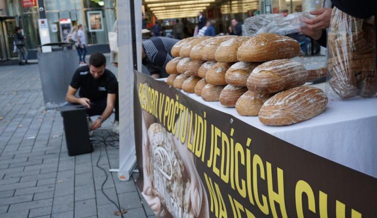 Desítky lidí vytvořily na Svoboďáku rekord v pojídání chleba