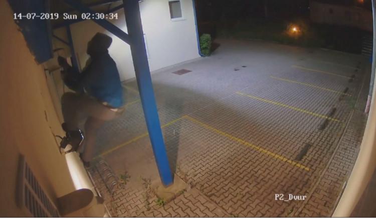 VIDEO: Když vidím otevřené okno, musím dovnitř. Hájil se muž, který ukradl téměř tři miliony korun