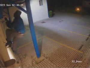 Záběr z krádeže dvou milionů, kdy zloděj vylezl po hromosvodu.
