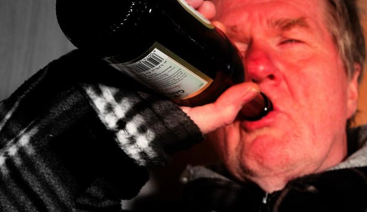 Agresivní host odmítal odejít z hospody, před strážníky se schoval pod stolem, do alkoholtesteru vrčel