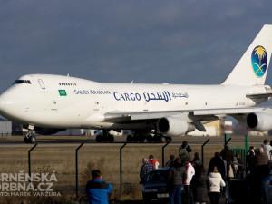 Boeing 747 ze Saúdské Arábie přilákal k plotu brněnského letiště mnoho diváků, foto: Brněnská Drbna, Marek Vanžura