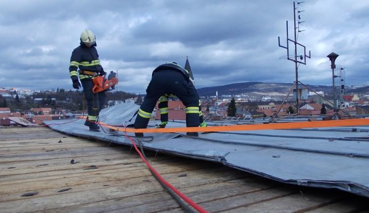 Hasiči zajišťují větrem utrženou střechu, foto: HZS JMK