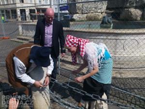 Libor Šťástka (uprostřed) v pondělí uzamknul Zelný trh, foto: Brněnská Drbna, David Zouhar