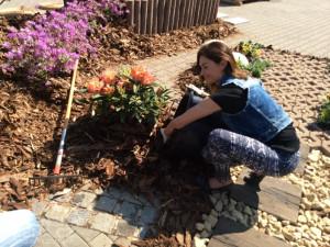 Hanka Kynychová na výstavišti zasadila květinu, foto: Brněnská Drbna, David Zouhar