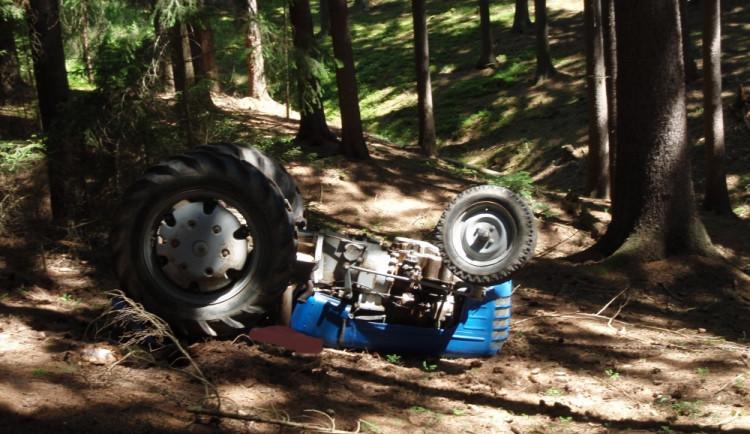 Traktor se převrátil na řidiče, ten zraněním podlehl, foto: HZS JMK