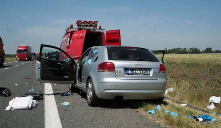 Řidič audi vážně zranil pracovníky u silnice, od nehody utekl, foto: Policie ČR