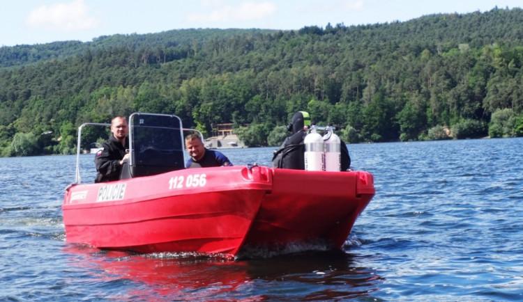 Policejní loď hledá pomocí sonaru ivalidní vozík na dně přehrady, foto: HZS JMK