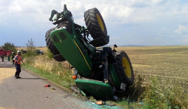 U Prace se převrátil traktor s šestnácti tunami obilí, foto: HZS JMK