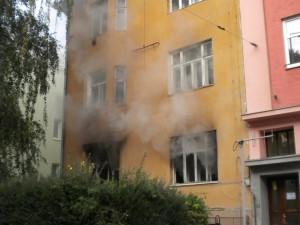 V Merhautově ulici zemřel při požáru jeden člověk