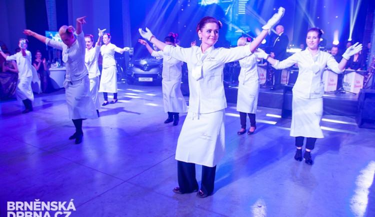 Pracovníci cateringu předvedli i taneční vystoupení