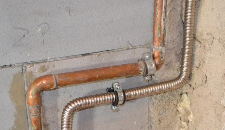 detail ohybu trubek u instalace kotle na tuhá paliva v mědi a v nerezovém vlnovci