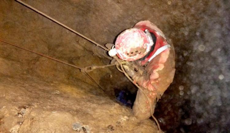 Hasiči vyprošťovali speleologa z jeskyně, měl zavalené nohy