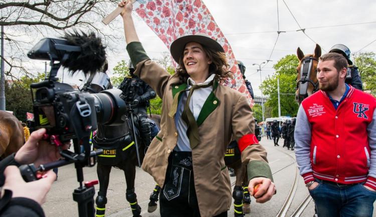 Brnem pochodovala krajní pravice. Odpůrci odpovídali bubnováním a zpěvem, Autor: Tomáš Hrivňák