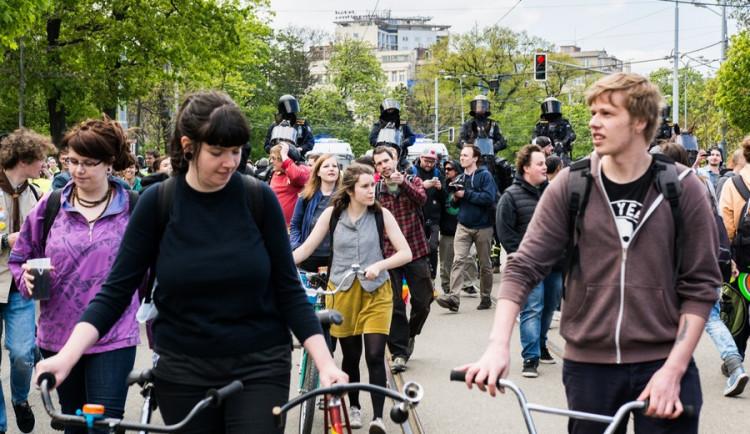Brnem pochodovala krajní pravice. Odpůrci odpovídali bubnováním a zpěvem,Autor: Tomáš Hrivňák
